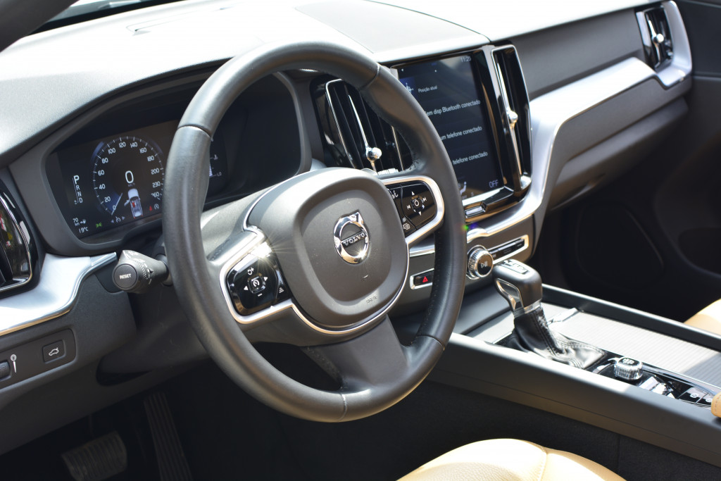 Imagem do veículo VOLVO XC60 2.0 T5 GASOLINA MOMENTUM AWD GEARTRONIC